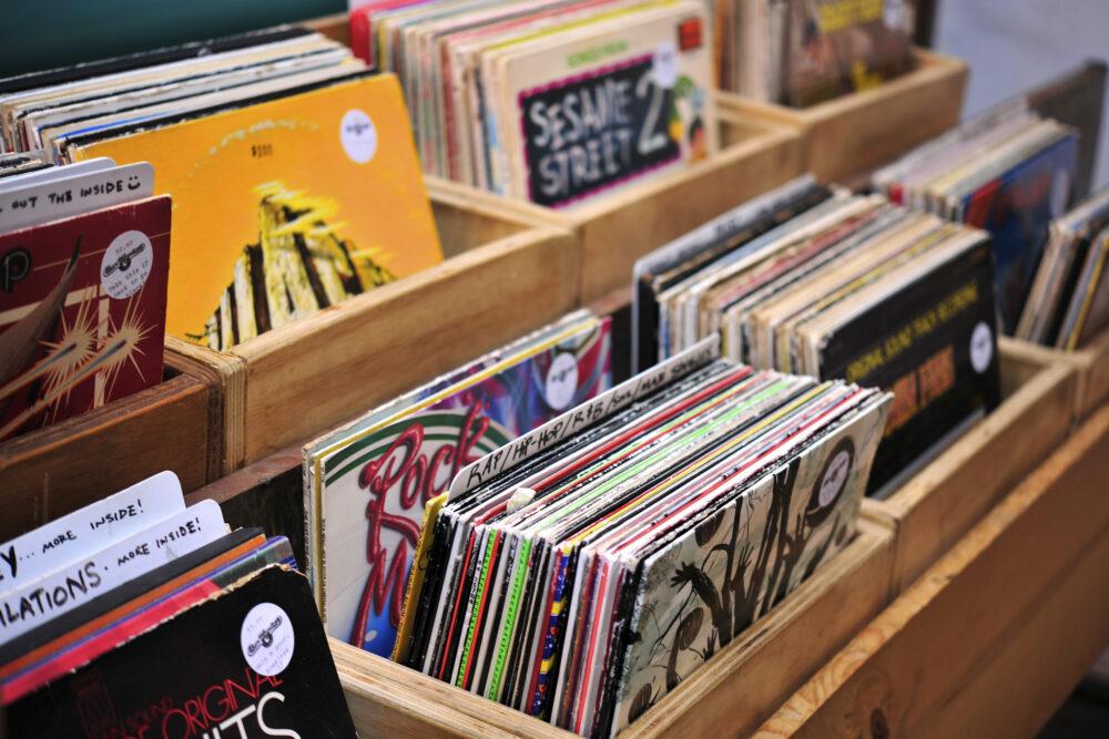 店頭に並ぶドーナツ盤レコード